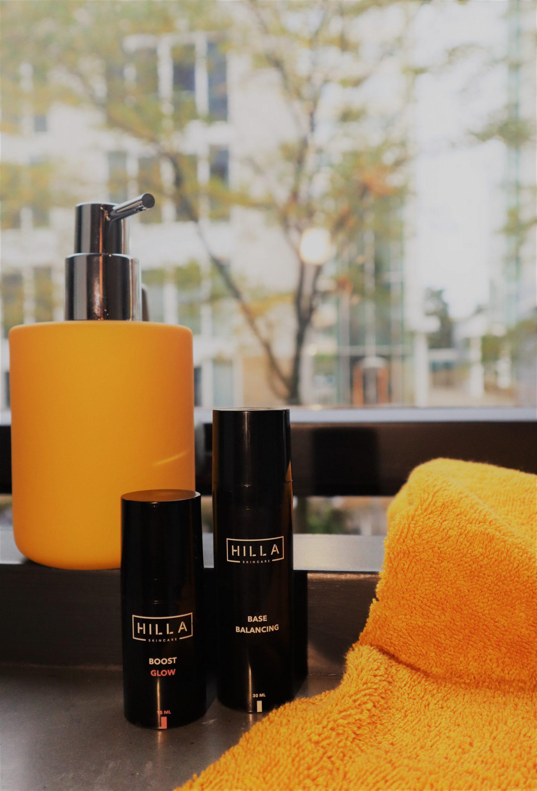 Ambassador - Dagcrème - Huidverzorging - Skincare producten in badkamer met okergeel