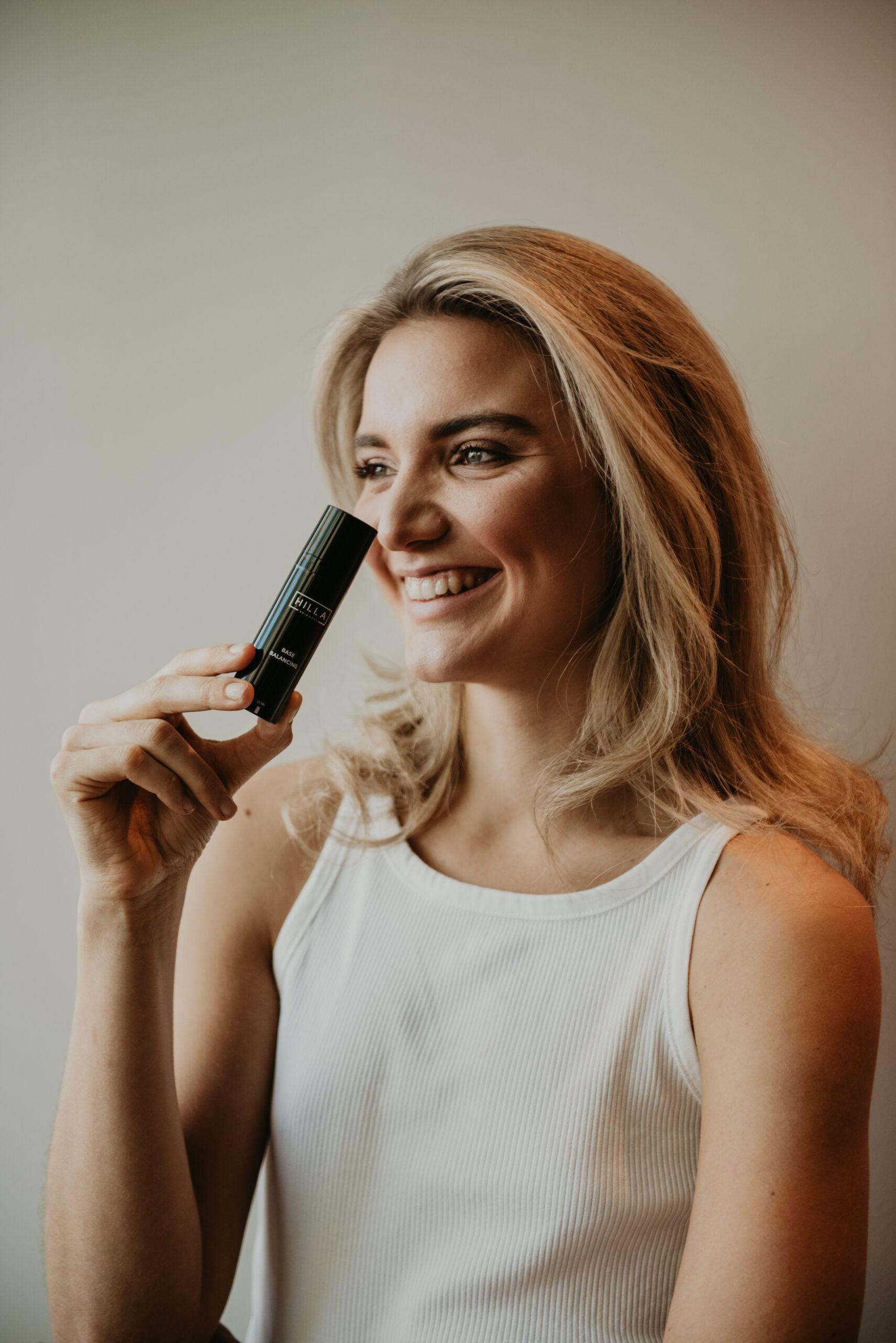 Hilla Skincare - model met BASE dagcrème