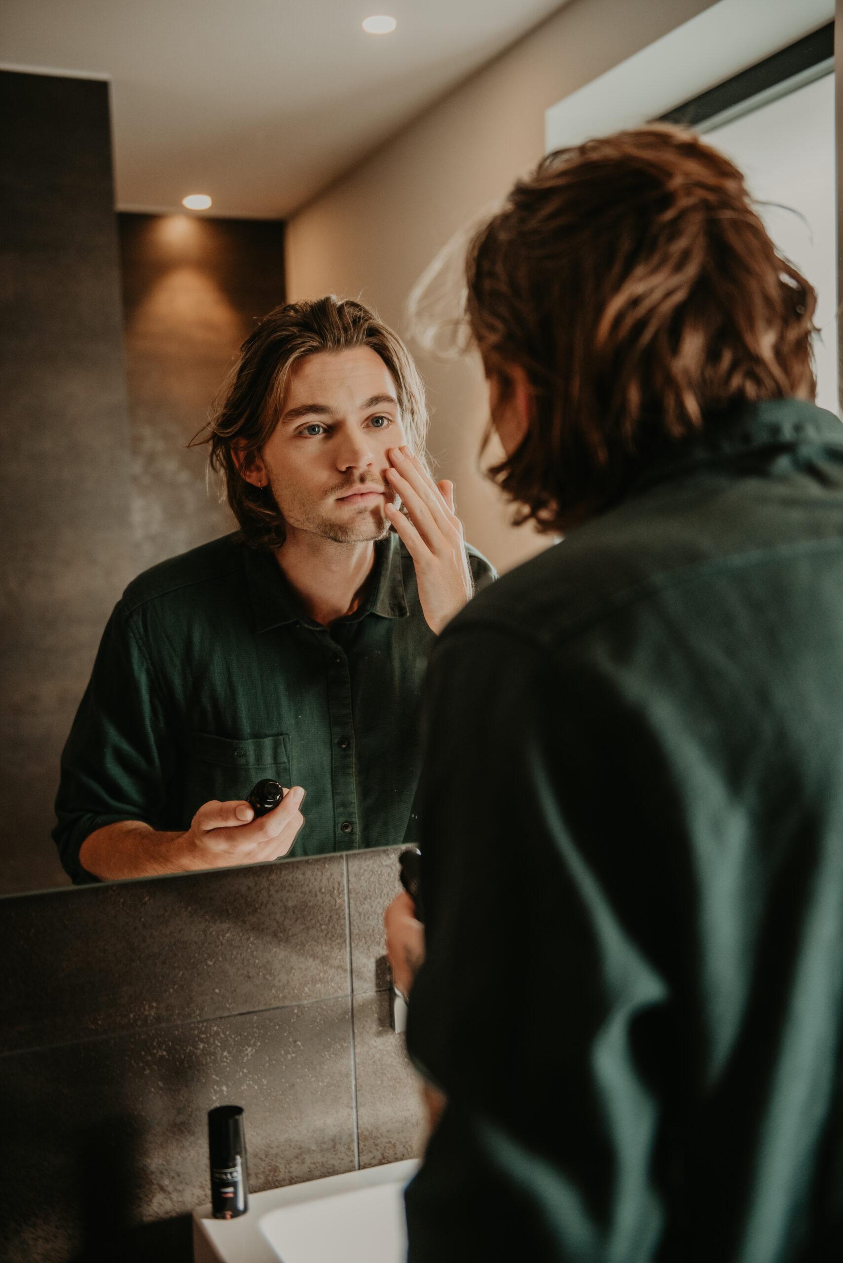 Hilla Skincare man dagcrème in spiegel