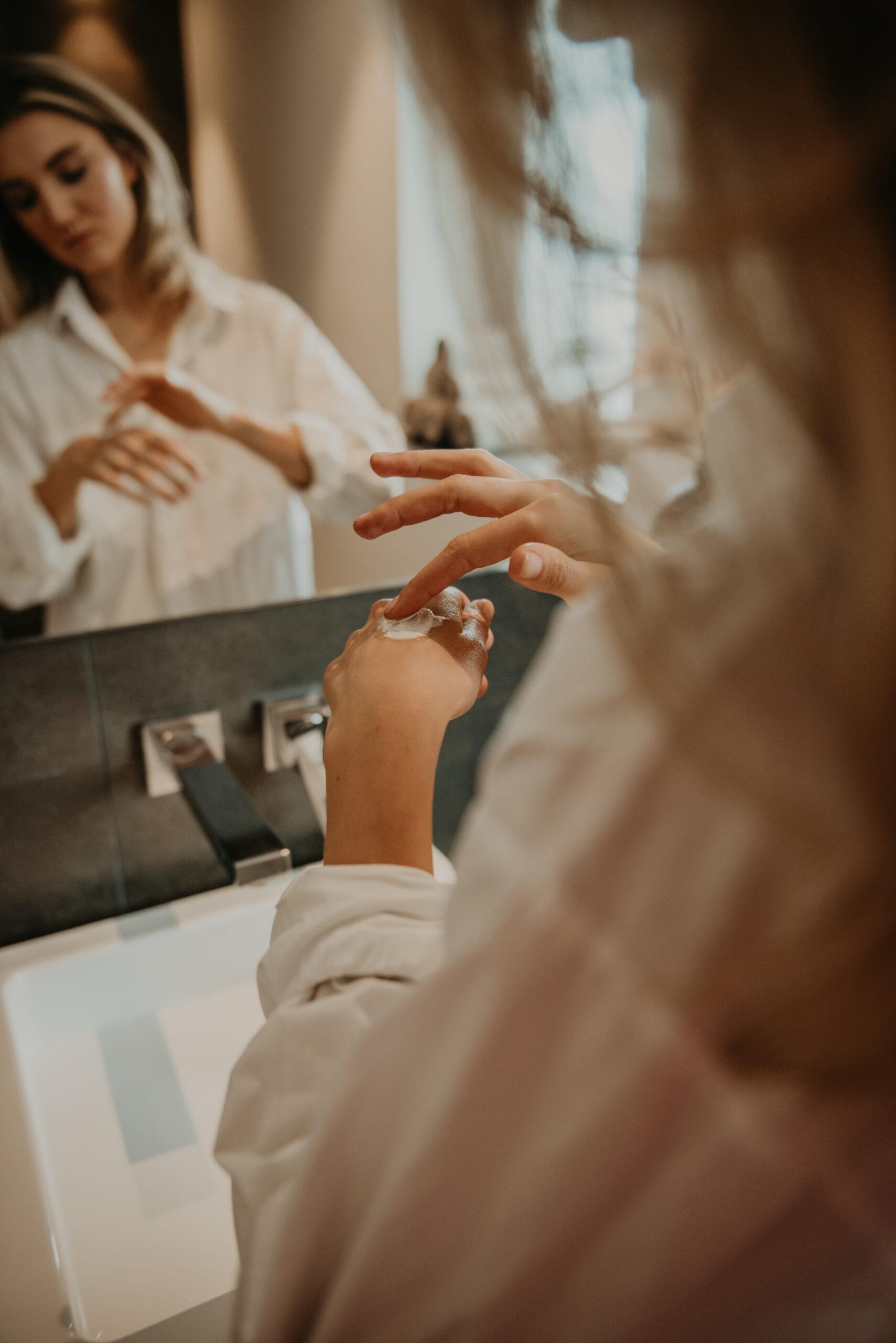 Hilla Skincare dagcrème op hand